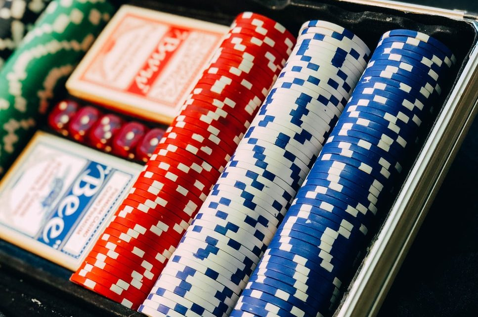 Le poker en ligne est-il plus efficace que le jeu direct ?